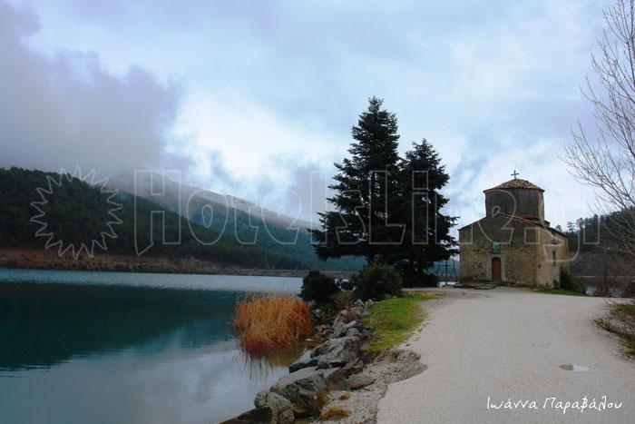 Αγιος Φανούριος η Παλαιομονάστηρο στο μέσον της λίμνη Δόξα