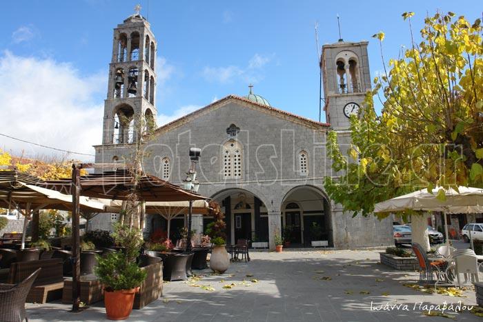 Ο Ναός του Αγίου Τρύφωνα στην πλατεία της Βυτίνας