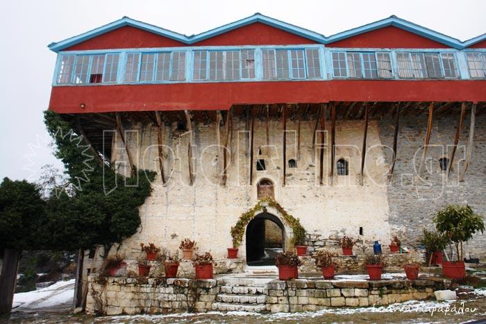 Το παλιό Μοναστήρι του Αγίου Γεωργίου με θέα στη Λίμνη Δόξα