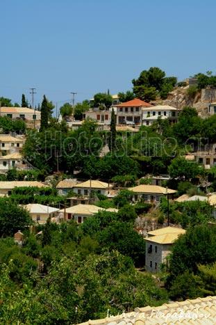 Το ορεινό χωριό Δρυμώνας με πετρόχτιστα σπίτια