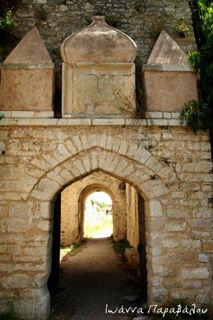 Η επιβλητική πύλη του Κάστρου Αγίας Μαύρας στην είσοδο της Λευκάδας