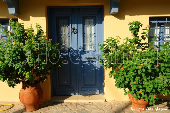 Μια όμορφη πόρτα στο χωριό Κατούνα