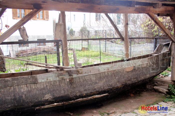 Βάρκα των ιδικτητών που χρησίμευε για την διάσχιση της λίμνης