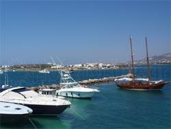 Αποψη από το λιμάνι της Αντιπάρου