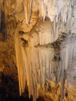 Σπήλαιο Αντιπάρου. Εξαιρετικοί συνδυασμοί σταλακτιτών και σταλαγμιτών