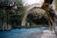 Λούσιος. Γεφύρι Ατσίλοχου, μία από τις αφετηρίες για τιε διαδρομές ράφτινγκ