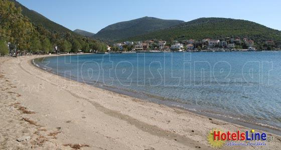 Παραλία Αλμυροποτάμου με φόντο τον οικισμό