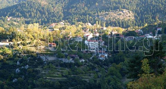 Επτάλοφος - Αγόριανη. Αποψη του χωριού με το πράσινο να κυριαρχεί