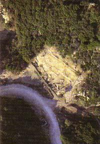 Περιοχή των δημοσίων οικοδομημάτων. Η στοά και τα αρχαϊκά κτίσματα μπροστά της