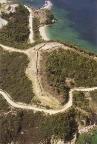 Το νότιο σκέλος της πρώιμης κλασσικής οχύρωσης και η ακρόπολη