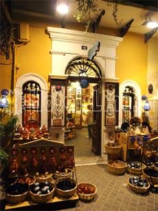 Χανιά Κρήτης. Αμέτρητα μαγαζιά με είδη λαϊκής τέχνης και αναμνηστικών δώρων στα σοκάκια της παλιάς πόλης