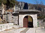 Ηπειρος, νομός Ιωαννίνων, Μονοδένδρι, Μονή Αγίας Παρασκευής, η είσοδος του προαύλιου χώρου της Μονής