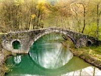 Παραδοσιακό πέτρινο γεφύρι στην περιοχή των Ζαγοροχωρίων