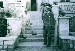 A. Evans, D. Mackenzie και Ch. Doll at the entrance of Villa Ariadni
