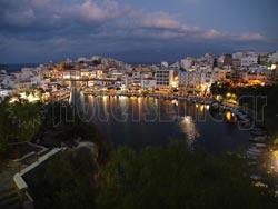 Νυχτερινή λήψη του Αγίου Νικολάου στην Κρήτη