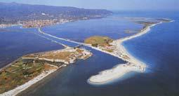Λευκάδα. Στη φωτογραφία διακρίνονται το Κάστρο της Αγίας Μαύρας, η Αμμόγλωσσα, η Γύρα, η λιμνοθάλασσα και στο βάθος η πόλη της Λευκάδας