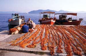 Ψαράδες στην Αγία Κυριακή φτιάχνουν τα δίχτυα τους