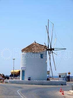 Πάρος. Ο παραδοσιακός ανεμόμυλος, σήμα κατατεθέν για το λιμάνι της Παροικιάς
