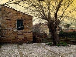 Αποψη της Χίου. Βοτσαλωτή αυλή