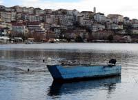 Παραδοσιακή βάρκα στη λίμνη της Καστοριάς